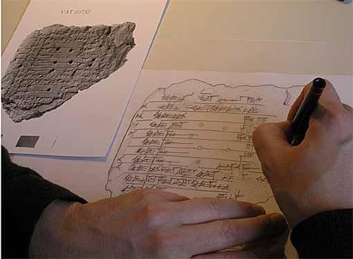 Wie die 3000 Jahre alten Geheimnisse der assyrischen Kultur heute gelüftet werden – Forschungsstelle 'Edition literarischer Keilschrifttexte aus Assur der Heidelberger Akademie der Wissenschaften stellt aus'